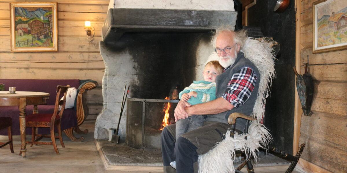 Sigurd med barnebarnet Jehans på fanget i Nedre stugu. Foto: Kjell Nyhus