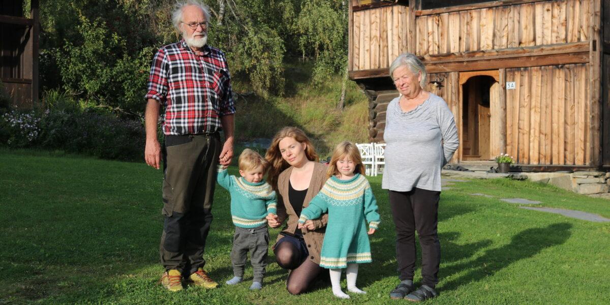Sigurd og Sidsel flankerer odelsjenta Ingrid med barna Jehans og Gjendine. Foto: Kjell Nyhus