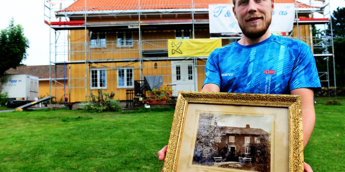 GÅRD MED HØY VERNEVERDI: Marius Leknes og Julie Nauf mottok 133.000 kroner, fra Kulturminnefondet, for å restaurere taket på det gamle våningshuset de bor i Slagendalen.