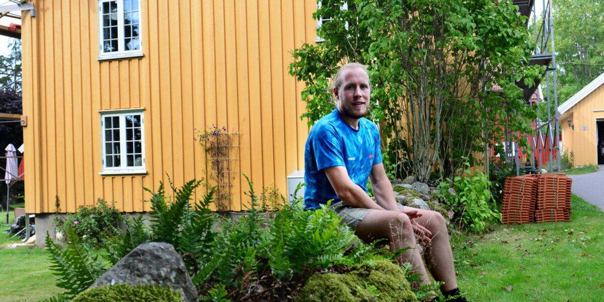 Da Marius (30) skulle sjekke musefellene, ble han oppmerksom på et stort problem: – Det ble kostbart, men nå står huset i over 100 år til. Foto: Kirvil Håberg
