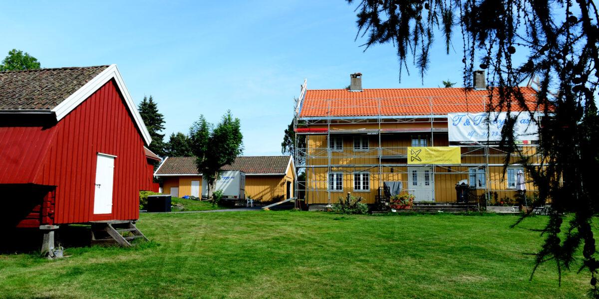 GÅRD MED HØY VERNEVERDI: Marius Leknes og Julie Nauf mottok 133.000 kroner, fra Kulturminnefondet, for å restaurere taket på det gamle våningshuset de bor i Slagendalen. Foto: Kirvil Håberg